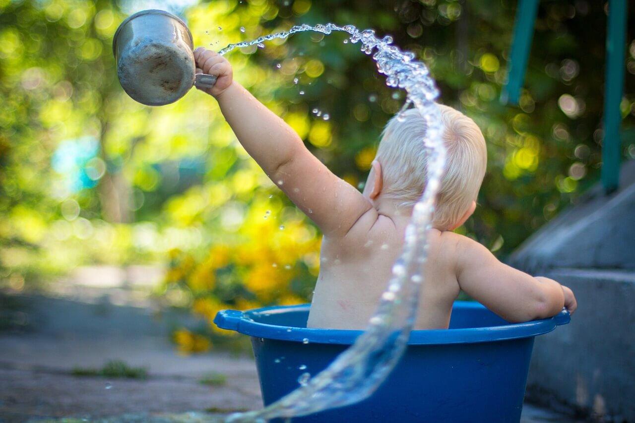 水遊びする赤ちゃん