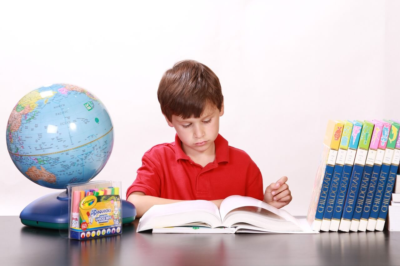 勉強する男の子