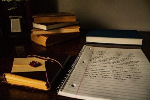 机の上のノートや本