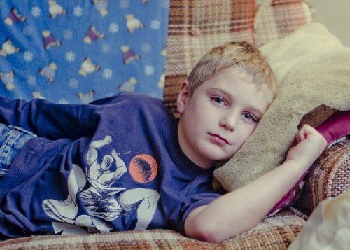 ソファに寝る男の子