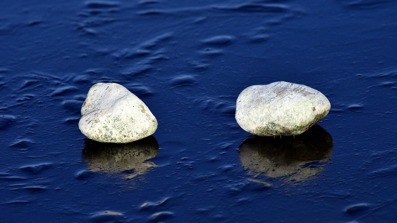 氷の上の石2つ