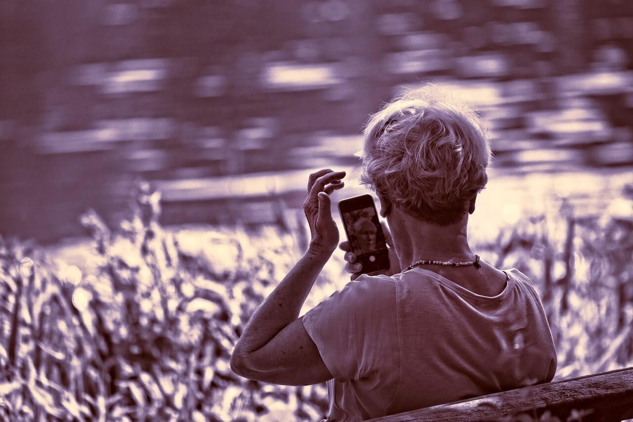 インカメラを見る女性