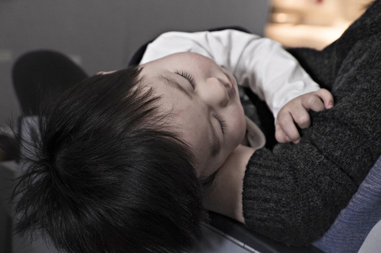 眠っている子ども