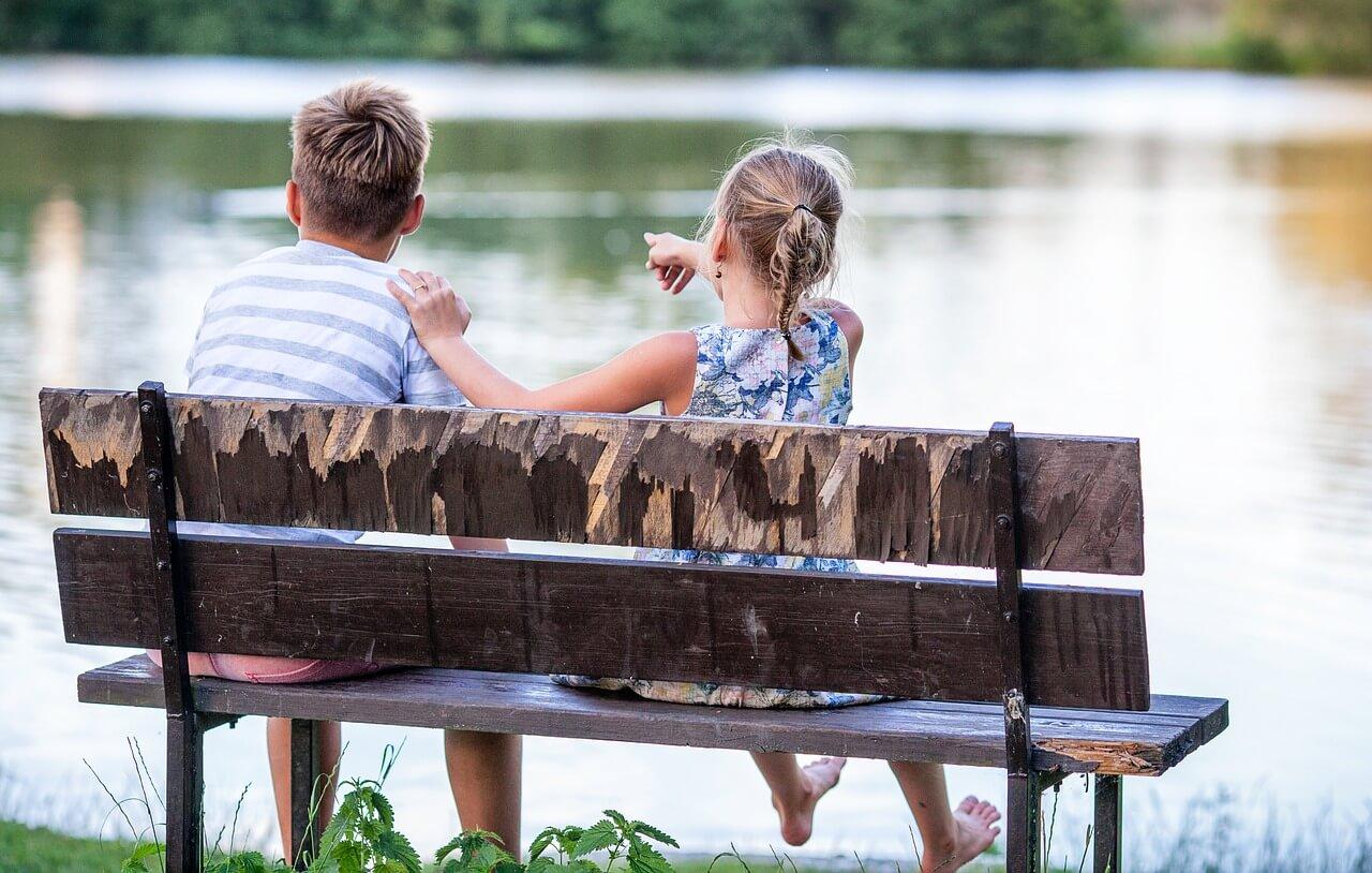 ベンチに座る子どもたち