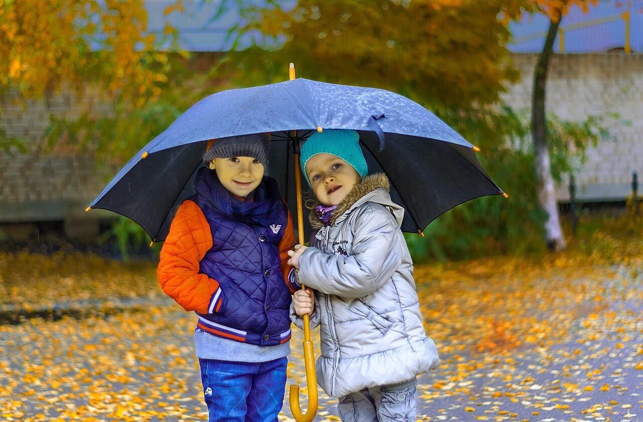 傘をさす子どもたち